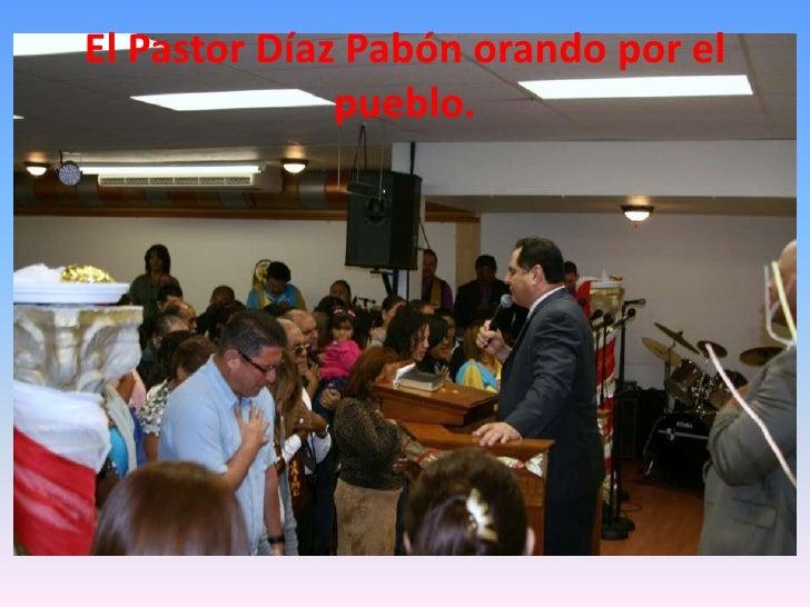 El Pastor Díaz Pabón orando por el pueblo.<br />