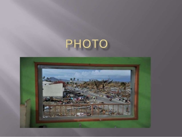   Cette photo représente des gens qui recherchent leur famille. Le typhon leur a pris leur maison. Le typhon a fait en to...