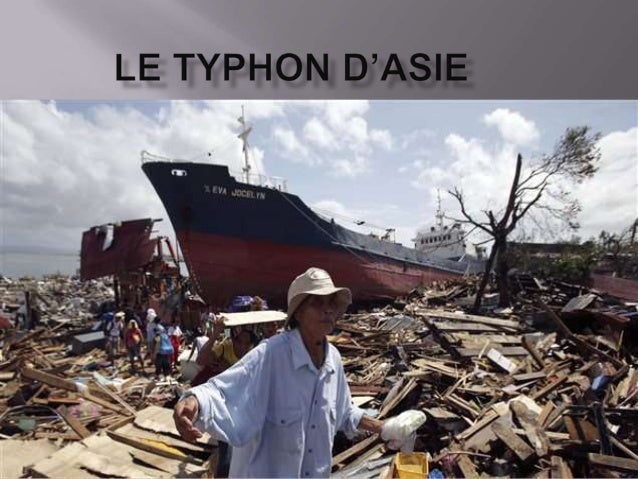 On voit un bateau qui a échoué sur une île ,on a aussi des maisons détruites , des déchets , personnes sans abris , arbres...
