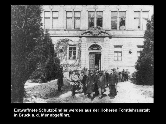 Entwaffnete Schutzbündler werden aus der Höheren Forstlehranstalt in Bruck a. d. Mur abgeführt.