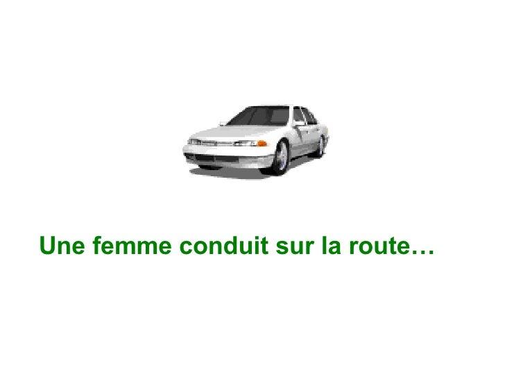 Une femme conduit sur la route…