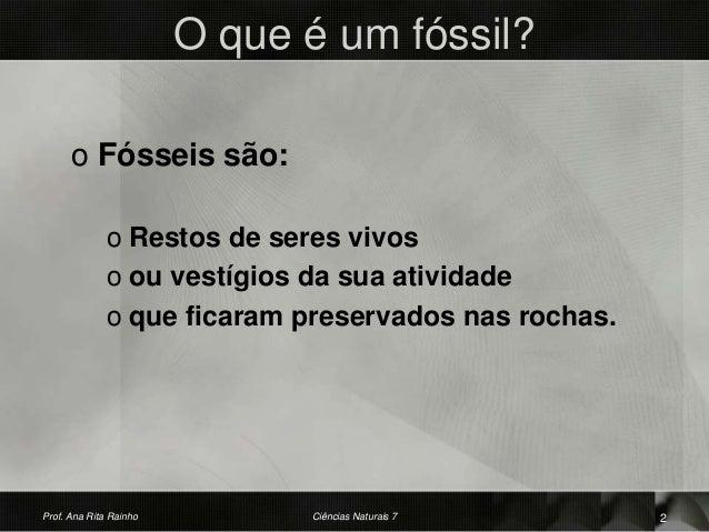 O que é um fóssil? o Fósseis são: o Restos de seres vivos o ou vestígios da sua atividade o que ficaram preservados nas ro...