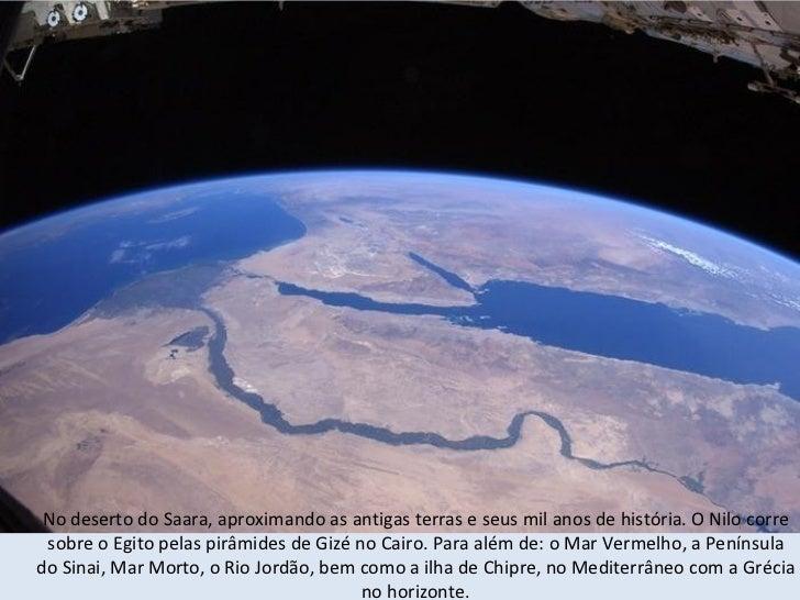 Visão noturna do Rio Nilo, estendendo-se como uma cobra no Egito, em direção ao Mediterrâneo, e o Cairolocalizado no Delta...