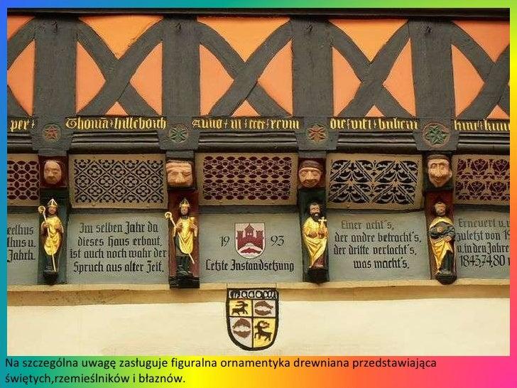Na szczególna uwagę zasługuje figuralna ornamentyka drewniana przedstawiająca świętych,rzemieślników i błaznów.