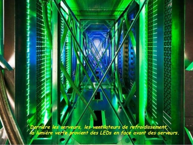 Derrière les serveurs, les ventilateurs de refroidissement,la lumière verte provient des LEDs en face avant des serveurs.