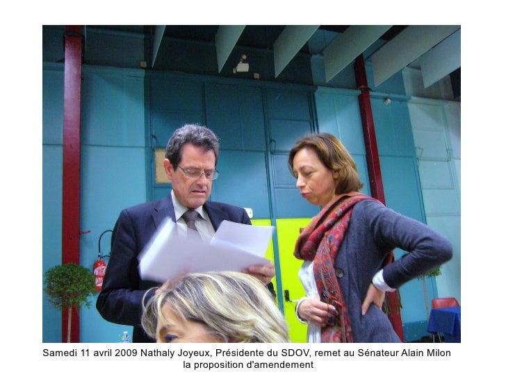 Samedi 11 avril 2009 Nathaly Joyeux, Présidente du SDOV, remet au Sénateur Alain Milon                               la pr...