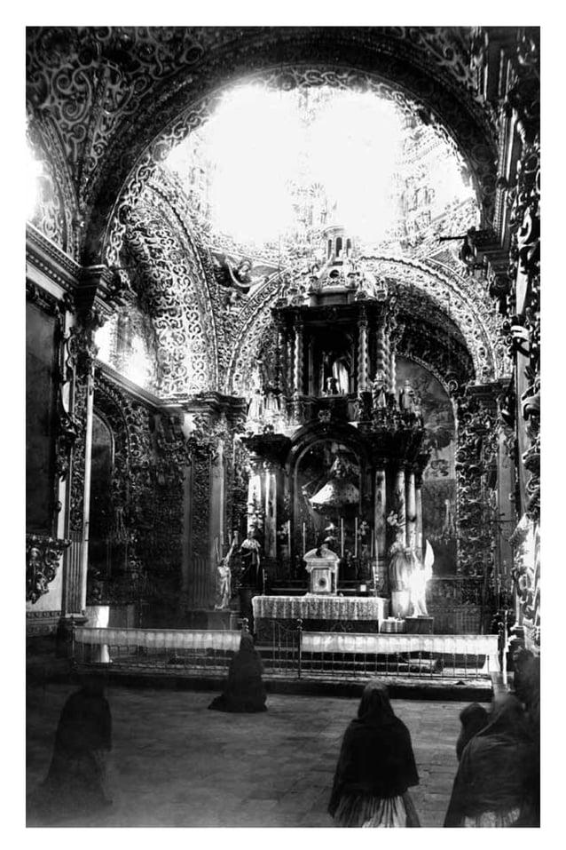 En estas obras, Rodríguez Carnero siguió con el discurso en torno a María recibiendo la luz de Dios, ya que su rostro fue ...
