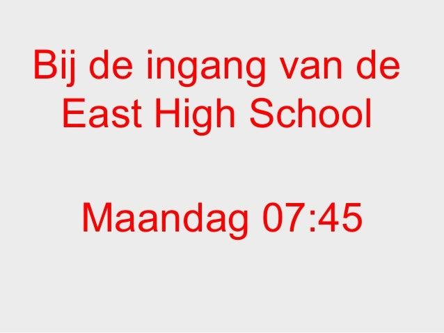 Bij de ingang van de East High School Maandag 07:45