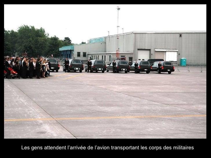 Les gens attendent l'arrivée de l'avion transportant les corps des militaires