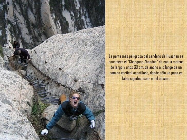 """La parte más peligrosa del sendero de Huashan se considera el """"Changong Zhandao"""" de casi 4 metros de largo y uno..."""