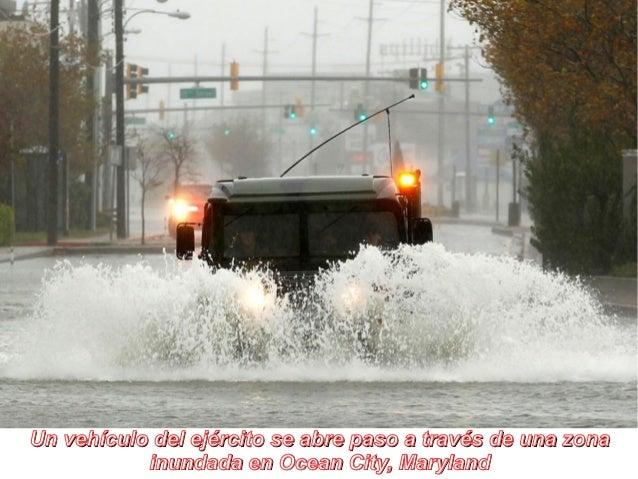 Un vehículo del ejército se abre paso a través de una zona           inundada en Ocean City, Maryland