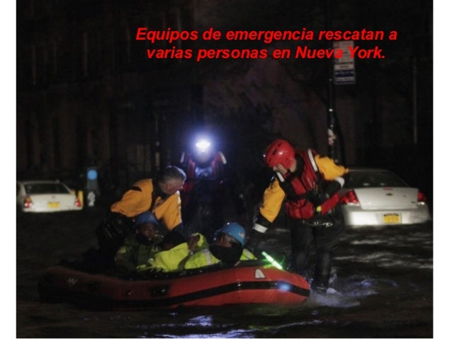 Equipos de emergencia rescatan a varias personas en Nueva York.