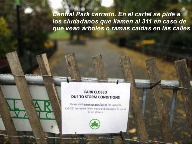 Central Park cerrado. En el cartel se pide alos ciudadanos que llamen al 311 en caso deque vean árboles o ramas caídas en ...