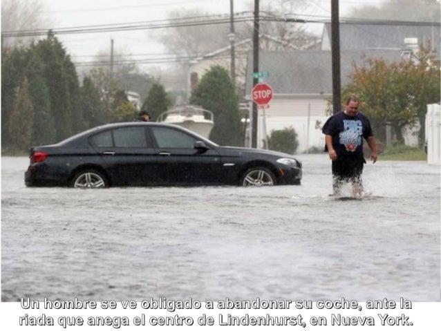 Un hombre se ve obligado a abandonar su coche, ante lariada que anega el centro de Lindenhurst, en Nueva York.