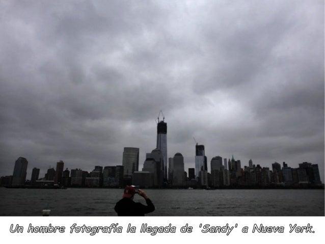 Un hombre fotografía la llegada de Sandy a Nueva York.