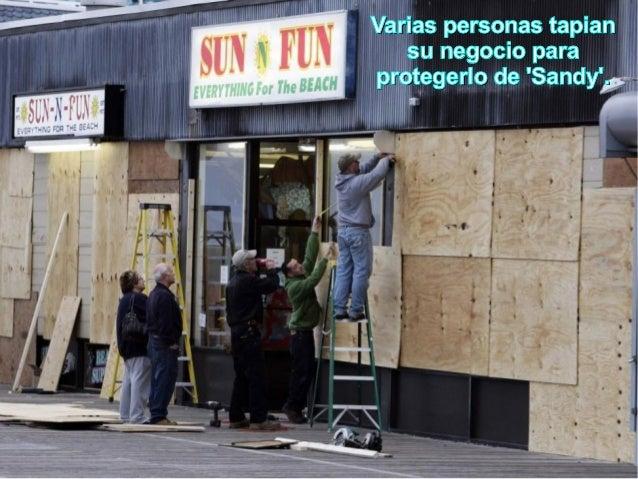 Varias personas tapian   su negocio paraprotegerlo de Sandy.