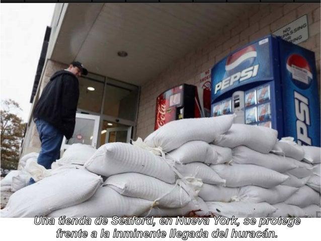 Una tienda de Seaford, en Nueva York, se protege   frente a la inminente llegada del huracán.