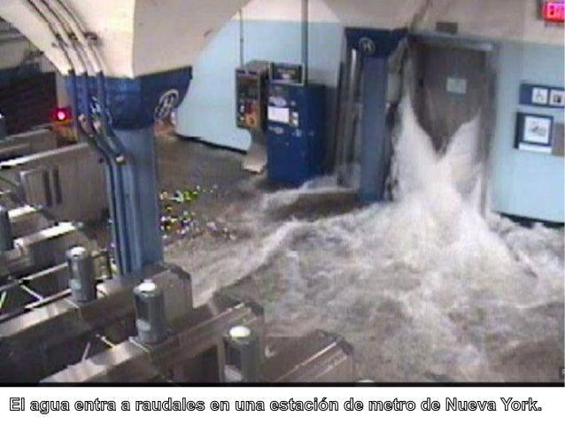 El agua entra a raudales en una estación de metro de Nueva York.