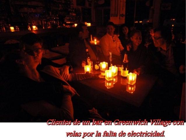 Clientes de un bar en Greenwich Village con      velas por la falta de electricidad.