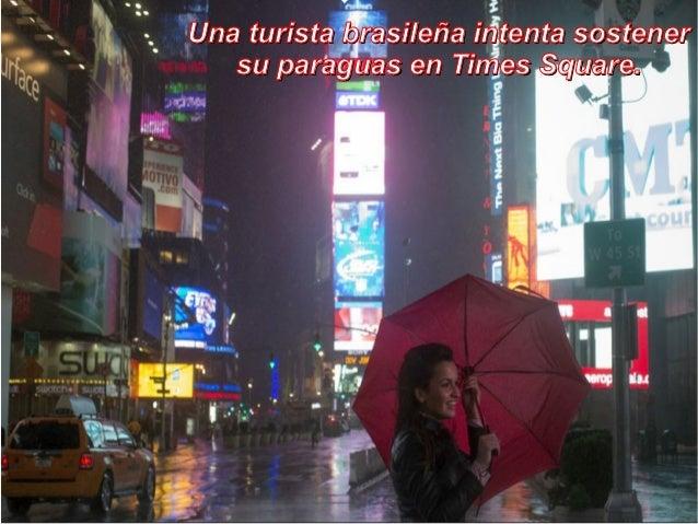 Una turista brasileña intenta sostener   su paraguas en Times Square.