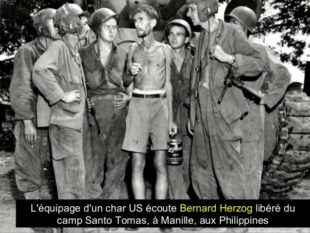 L'équipage d'un char US écoute Bernard Herzog libéré du camp Santo Tomas, à Manille, aux Philippines