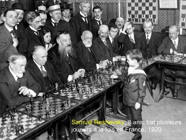 Samuel Reshevsky, 8 ans, bat plusieurs joueurs à la fois en France, 1920