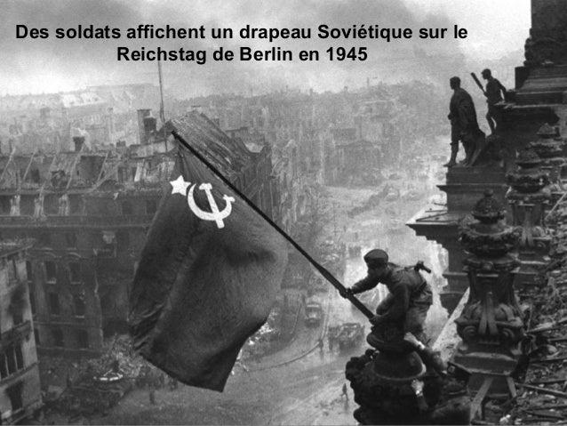 Des soldats affichent un drapeau Soviétique sur le Reichstag de Berlin en 1945