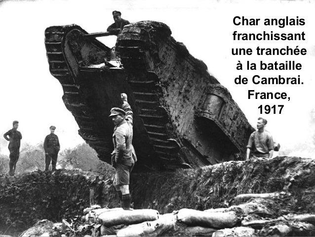 Char anglais franchissant une tranchée à la bataille de Cambrai. France, 1917