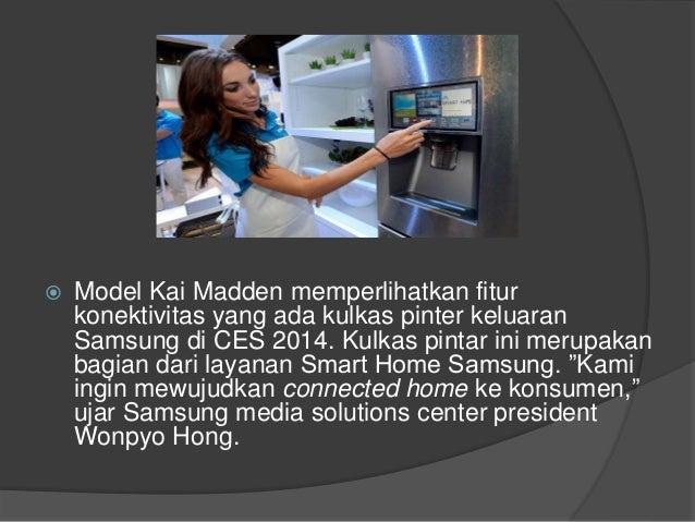  Model Kai Madden memperlihatkan fitur konektivitas yang ada kulkas pinter keluaran Samsung di CES 2014. Kulkas pintar in...