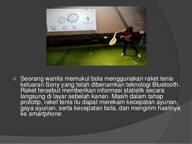  Seorang wanita memukul bola menggunakan raket tenis keluaran Sony yang telah dibenamkan teknologi Bluetooth. Raket terse...