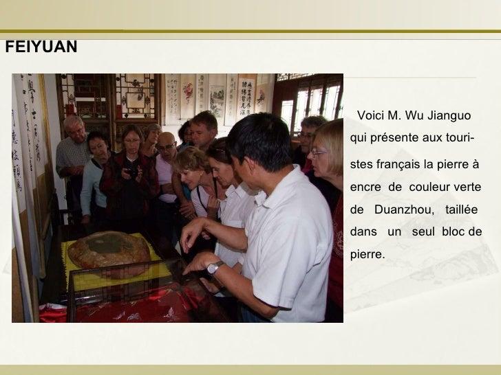 Voici M. Wu Jianguo qui présente aux touri- stes français la pierre à encre  de  couleur verte de  Duanzhou,  taillée dans...