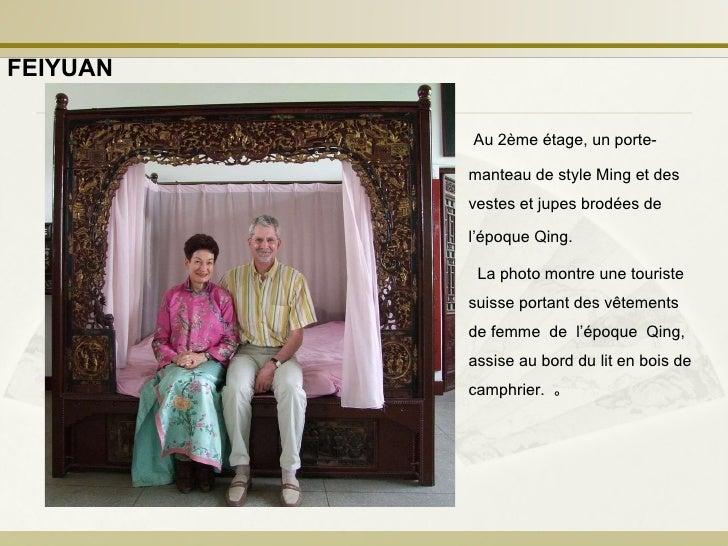 La photo montre une touriste suisse portant des vêtements de femme  de  l'époque  Qing, assise au bord du lit en bois de c...