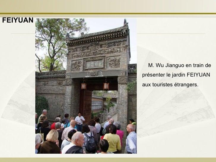 M. Wu Jianguo en train de présenter le jardin FEIYUAN aux touristes étrangers.  FEIYUAN