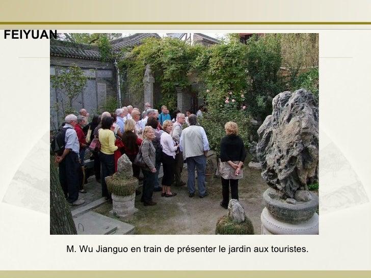 M. Wu Jianguo en train de présenter le jardin aux touristes. FEIYUAN