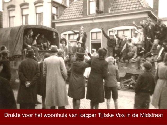 Drukte voor het woonhuis van kapper Tjitske Vos in de Midstraat