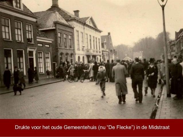 """Drukte voor het oude Gemeentehuis (nu """"De Flecke"""") in de Midstraat"""