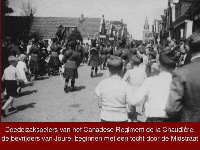 Doedelzakspelers van het Canadese Regiment de la Chaudière, de bevrijders van Joure, beginnen met een tocht door de Midstr...