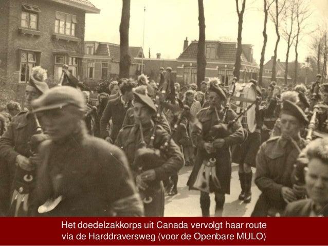 Het doedelzakkorps uit Canada vervolgt haar route via de Harddraversweg (voor de Openbare MULO)
