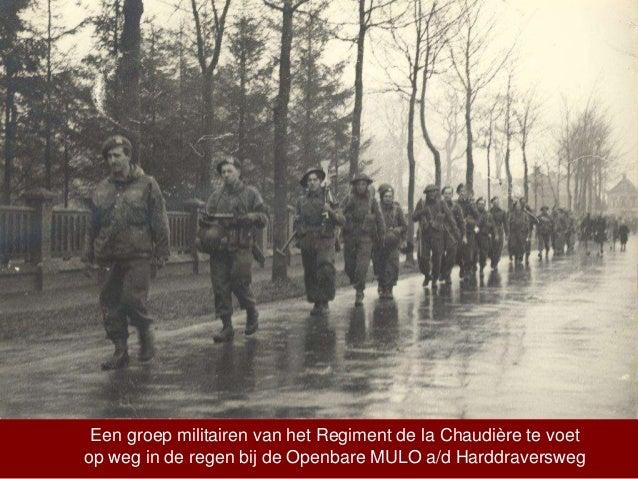 Een groep militairen van het Regiment de la Chaudière te voet op weg in de regen bij de Openbare MULO a/d Harddraversweg