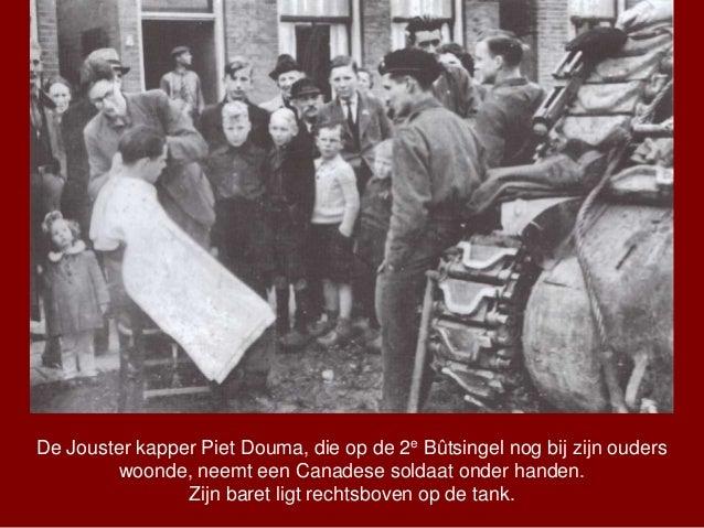 De Jouster kapper Piet Douma, die op de 2e Bûtsingel nog bij zijn ouders woonde, neemt een Canadese soldaat onder handen. ...