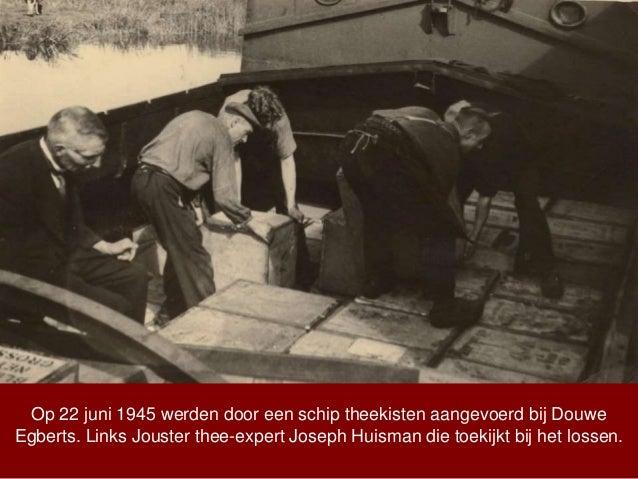 Op 22 juni 1945 werden door een schip theekisten aangevoerd bij Douwe Egberts. Links Jouster thee-expert Joseph Huisman di...