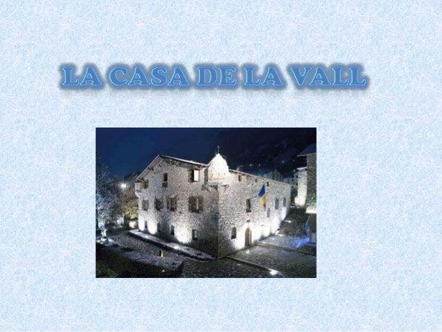 Descripció • L'arquitectura de la Casa de la Vall és mixta, ja que incorpora elements defensius en una construcció destina...