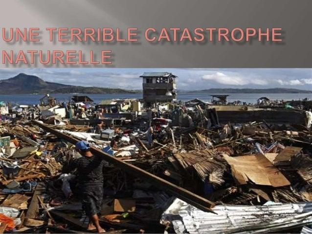 Léa décris l'image: Il y a des débris de maison et il y a un homme qui soulève une planche en bois pour chercher sa famill...