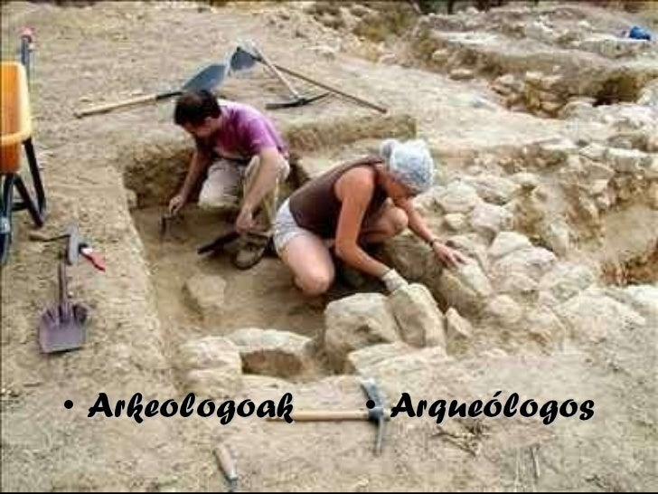 <ul><li>Arkeologoak </li></ul><ul><li>Arqueólogos </li></ul>
