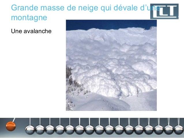 Grande masse de neige qui dévale d'unemontagneUne avalanche