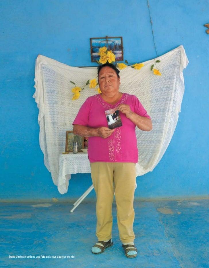 Doña Virginia sostiene una foto en la que aparece su hijo