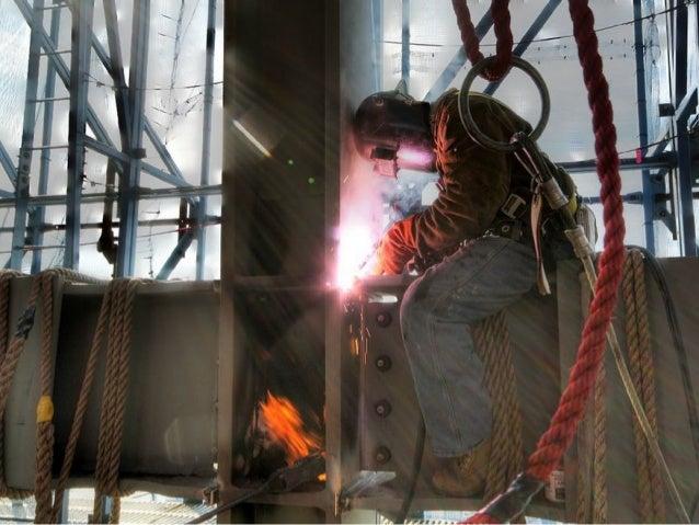 La grue qui monte les poutres d'acier