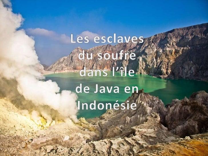 Le Kawah Ijen, sur l'île de Java, est la principale zone dextraction du soufre dIndonésie.Le dépôt de cette substance jaun...