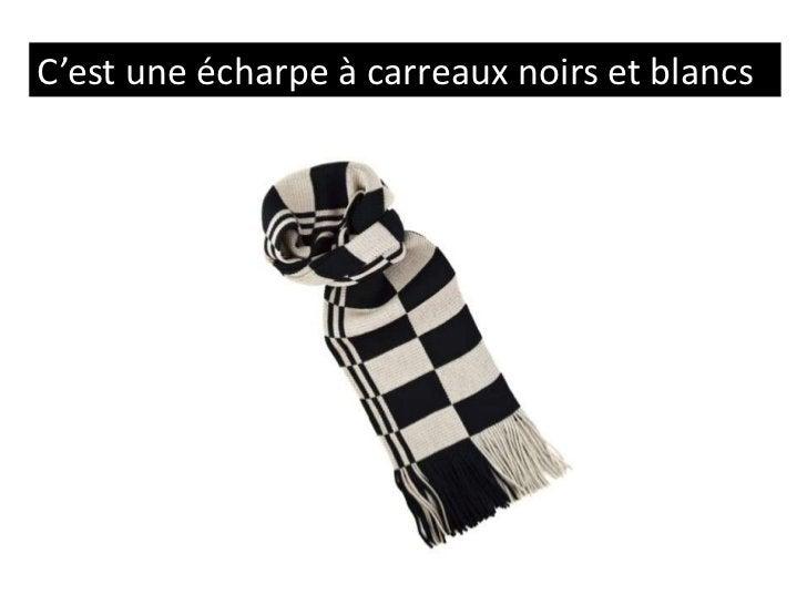 C'est une écharpe à carreaux noirs et blancs