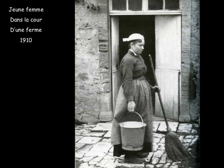 Jeune femme Dans la cour D'une ferme 1910